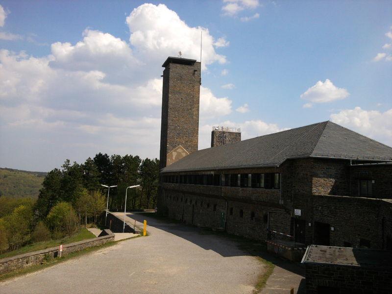 NS-Ordensburg Vogelsang - Blick auf Turm und Verwaltungsgebäude